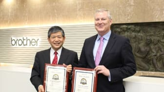 Brothers president Ichiro Sasaki mottar prisene fra Buyers Labs Gerry O'Rourke.