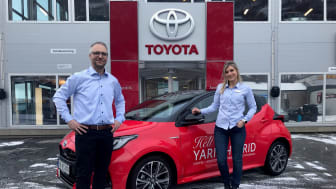 Det er alle våre Yaris-kunder vi skal takke for at modellen har blitt en så stor suksess her hjemme, sier salgssjef Hans Petter Heim t.v. og bilselger Nina Richardsen Schelderup t.h. ved Nordvik Toyota Narvik.  Foto: Nordvik AS.
