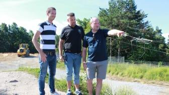 Vid Vilstabacken planerar Kent Briby, chef för produktionen inom återvinning på Eskilstuna Energi och Miljö samt Niklas Karlsson sluttäckningssamordnare på Eskilstuna Energi och Miljö, tillsammans med Mattias Albers arenachef Kultur och Fritid.