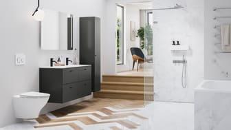 Kylpyhuoneen voi yhdistää luontevasti osaksi kodin muuta sisustusta esimerkiksi lattiamateriaalin avulla. Kuvassa puu ja marmori yhdistyvät elegantisti kalanruotolattiassa.