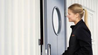 Det digitala dörrlåset Yale Doorman kräver inga nycklar och gör att matbutikens personal kan öppna ytterdörren med en tillfällig kod och bära in dina kassar i hallen, eller sätta in matvarorna i kylen.