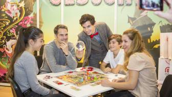 """Spielmesse 2017 in Essen: Mattel stellt die Spielneuheit """"Zauberlehrling gesucht"""" vor – magische Unterstützung von Zauberer Alexander Merk"""