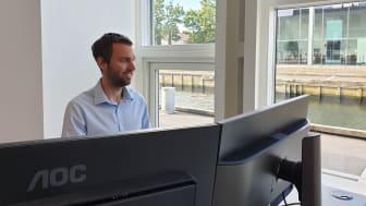 Morten Pyndt Dalgaard foran skærmene fra kontoret på Slotsbryggen i Nykøbing Falster.