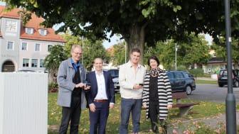 Surfen unter der Laterne: (v. l.) Rudolf Wittmann und Daniel Pangerl von der Bayernwerk Netz GmbH zusammen mit dem IT-Beauftragten der Stadt Maxhütte-Haidhof, Christoph Stangl, und Bürgermeisterin Dr. Susanne Plank.