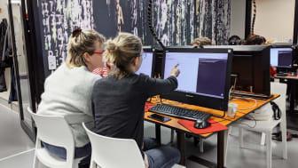 Det behövs mer och bredare kompetens i IT-branschen. Cool minds startar nu, med stöd av Malmö stad, utbildningen code rebels. Här syns Ebba och Nicky som går första pilotkursen. Bild: Ronja Feuer