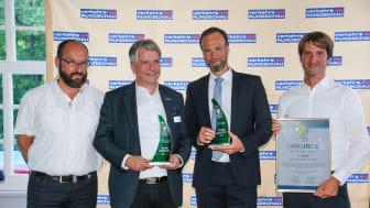 Från vänster : Gerhard Grünig, chefredaktör TRUCKER och VerkehrsRundschau överlåter Green Truck Logistic Solutions Award till Heinricht Kerstgens, CEO Contargo och Max Franz,  DAF Trucks Tyskland.  Jan B redaktör