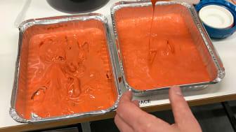 Jästbiomassa som avskiljts genom centrifugering. Om den ska användas i mat måste den först fraktioneras. Den röda färgen orsakas av karotenoider – värdefulla ämnen som kan användas som antioxidanter i mat. Foto: Mikołaj Chmielarz