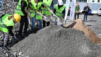 Elever på Ryaskolan och Svartedalsskolan tog ett symboliskt första spadtag för den nya högstadieskola som de själva kommer att gå på i framtiden. Foto: Hannah Björk, lokalförvaltningen