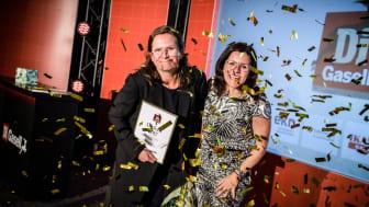 Renée Voltaire (t v) tar emot utmärkelsen av Grant Thorntons vd Anna Johnson. Foto: Pax Engström Nyström för Di Gasell