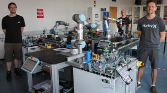 Netop udlærte automatikteknikere Magnus Sørensen, Nicklas Pedersen og Peter Hemmje Nielsen fremviser deres svendeprøve på Industri 4.0-anlæg på TEC, Videnscenter for Automation og Robotteknologi.