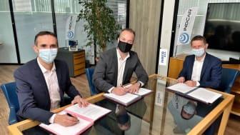 Vasemmalta oikealle: Stéphane Espinasse, IVECO BUSin brändijohtaja, Gaël Queralt, INDCARin toimitusjohtaja ja Gauthier Ricord, IVECO BUS Light Business Line