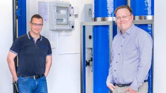 Hans Svanberg och Dennis Lindström från Mercatus framför containern innehållande en selektivjonbytare