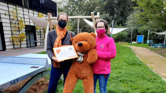 Kerstin Schurig von der ASDiA GmbH & Co. KG übergab den Spendenscheck an Kerstin Stadler im Familiengarten des Kinderhospizes