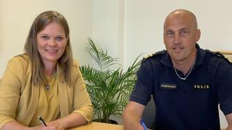 Kristina Lundberg (C), kommunstyrelsen ordförande i Sunne och Henrik Gustavsson, lokalpolisområdeschef Torsby undertecknar ett gemensamt medborgarlöfte riktat till Sunneborna.