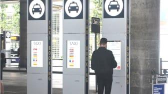 Trivector levererade de första utomhusskyltarna med pekskärm för över två år sedan till Taxi på Oslo Airport. Dessa enheter har fungerat utmärkt trots bitvis sträng kyla på vintern.
