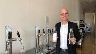 Carl Hallgren, försäljnings- och marknadschef på Karlstad CCC, visar upp flaskorna de fyller på med kranvatten.