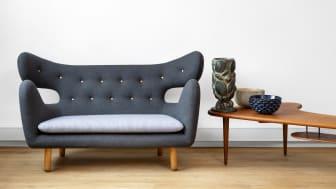 Finn Juhls unikasofa (vurderet til 1.500.000-2.500.000 kr.) afbilledet sammen med sofabord af dansk snedkermester (vurderet til 15.000-20.000 kr.), grøn krukke af Axel Salto (vurderet til 600.000-800.000 kr.), blå skål af Axel Salto (vurderet til 100