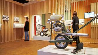 """Blick auf eine selbstgebaute Gartenfräse in der Ausstellung  """"Alles nach Plan? Formgestaltung in der DDR"""""""