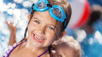 Gratis simskola ger fler barn möjlighet att lära sig simma under sommaren.