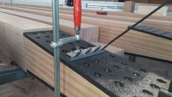 TBSkompakt heißt das neue System von ZÜBLIN Timber zum Vorbohren von Holzbauschrauben in Hartholz, das als Aufsatz auf handelsüblichen Akkuschraubern verwendet werden kann. (Copyright: ZÜBLIN Timber GmbH, Aichach)