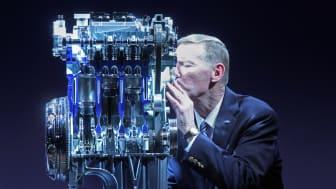 Adm. dir. Alan Mulally i Ford Motor Company kysser motoren som nylig har blitt kåret til verdens beste bilmotor.