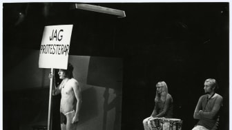 """Föreställningsbild från Nationalteaterns föreställning """"Lev hårt - dö ung"""" 1970. Foto: GSM arkiv, fotograf okänd."""