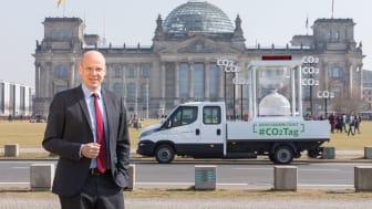 CO2-Tag 2018: Dr. Timm Kehler vor Reichstag