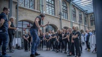 Petter Stordalen peppade eleverna på den nya hotellutbildningen i samband med invigningen på Clarion Hotel Post.