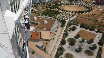 För att genomföra fasadarbetet ställs höga krav på vädret - det får varken regna, blåsa eller hålla för hög luftfuktighet när reparbetaren Jonatan Suorra målar på hundra meters höjd.