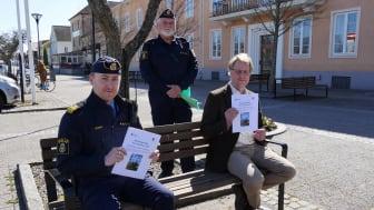 Poliserna Johan Rexhag och Torbjörn Walthersson tillsammans med kommunalrådet Lars Gezelius.