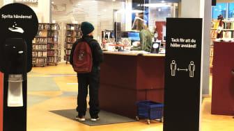 Biblioteken fick snabbt ställa om sin verksamhet när coronapandemin bröt ut under 2020. Bilden är från Bollnäs bibliotek. Foto: KB/Elisabet Rundqvist