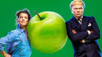 Elin Norin och Jörgen Düberg i föreställningen Äppelkriget som har nypremiär 14 november 2020. Foto: Mats Bäcker.