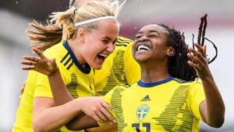 Johanna Svedberg och Monica Jusu Bah, spelare i svenska F17-landslaget, jublar efter ett mål. Foto: Svenska Fotbollförbundet
