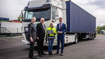 Från vänster: Richard Zink (Director Marketing & Sales of DAF Trucks), Michael Viefers, (Styrelseledamot Rhenus), Martina Klassen (chaufför) och Hendrik Wüst (Traffic and Transport Minister)