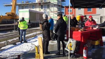 Montagevisning och korvgrillning vid ett annat BoKlok-projekt i Skåne