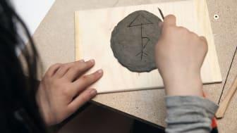 I Barnens skulpturpark testar man olika tekniker och material.