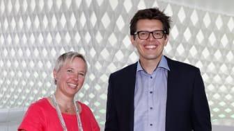 TØR Å TA FEIL. Professor Nathan Furr og innovasjonsekspert Marianne Selle i Sopra Steria er enige i at det er lettere å prøve og feile i Norge på grunn av en åpen og lærevillig kultur i arbeidslivet.  Foto: Kristin Jacobsen / Studio Oscar