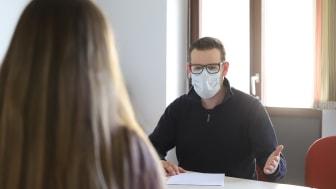 Nur mit Mund-Nasen-Schutz: In den Beratungsstellen der Hephata Diakonie sind ab nächster Woche wieder persönliche Gespräche möglich.