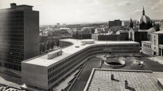Det er vedtatt at Y-blokka skal rives. Med dette som bakteppe har Norsk Teknisk Museum utviklet fotoutstillingen, Regjeringskvartalet, med museets materiale fra området.