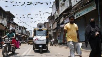 Läkare Utan Gränsers team sprider hälsoinformation kring covid-19 från en tuk-tuk i Mumbai, Indien. Foto: Premananda Hessenkamp