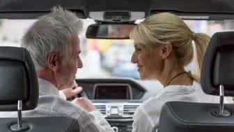Ein Beispiel für smartes Hören: die Hörsysteme kommunizieren mit der Navigationsapp und dem Kommunikationssystem des Autos - gutes Hören inbegriffen. Bild: FGH