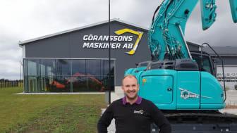 Anders Göransson framför nya Koblecomaskiner och nytt huvudkontor och maskinhall