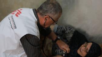 77-åriga Khairiya flydde från Syrien efter att tre av hennes barn dött där. Hon har haft diabetes i 15 år och får nu vård via Läkare Utan Gränsers klinik i Irbid. Foto: Maya Abu Ata/Läkare Utan Gränser