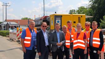 Startpunkt der ersten Spülbohrung für das neue Mittelspannungskabel in Burgebrach. Bürgermeister Johannes Maciejonczyk (3.v.l.) macht sich mit Bayernwerk-Mitarbeitern und Partnern ein Bild vor Ort.
