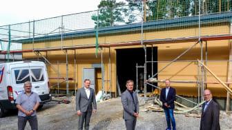 (v. l.): Rolf Schulte, Objektmanager Bau- und Liegenschaftsbe. NRW; Markus Schulz, ESW; Michael Berens, Bürgermeister Hövelhof; Ekhard Schumann, Verwalter Wohnsiedlung; Dr. Andreas Brors, Geschäftsführer ESW.