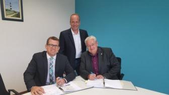 v.l. Bürgermeister Felix Wissel unterzeichnet im Beisein von Mirko Tanjsek und Stefan Teutscher (beide Deutsche Glasfaser) den Vertrag für 20 Glasfaseranschlüsse für die Marktgemeinde Mömbris.