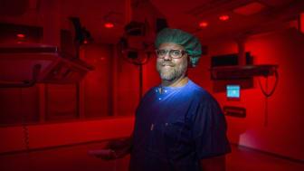 – Vid operationer i ögats bakre del behöver operationssalen vara mörk men med ett svagt rött ljus, berättar Jonas Lübcke, medicinteknisk ingenjör vid S:t Eriks Ögonsjukhus. Foto: Jens Sølvberg