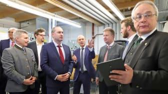 Die Energiezukunft ist dezentral und lokal. Energieminister Hubert Aiwanger (2.v.l.) bei der Präsentation des Altdorfer Flexmarkt mit Dr Egon Westphal (Bayernwerk, M.) und Professor Wolfgang Mauch (FfE, r.).