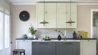 Billedtekst: Kjøkkenet er malt i Elvesand FR1940 og Svart Marmor FR1033, veggen er i fargen Nude FR2510. Stilen heter Sofistikert elvesand og du finner alle fargene i det nye fargekartet.