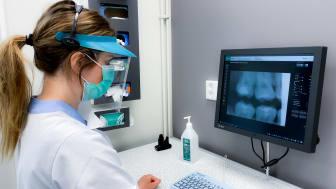 Röststyrningen till så att tandläkaren eller tandhygienisten i samband med undersökningen med hjälp av ett trådlöst headset, läser in patientens status i programmet Vocal.